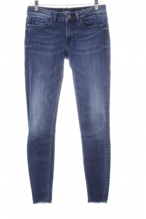 Tigha Skinny Jeans neonblau Street-Fashion-Look
