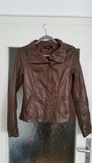 Tolle braune Jacke im Lederlook von Bershka. Tailliert geschnitten