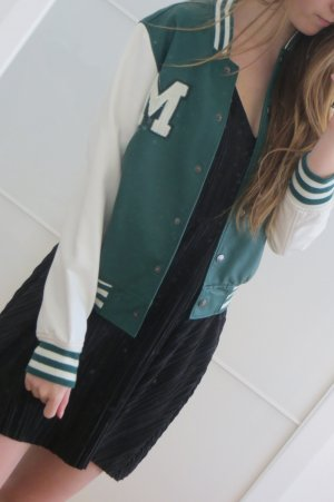 Tolle Collegejacke in weiß/dunkelgrün in Lederoptik