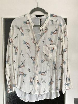 Tolle cremefarbene Bluse mit Kolibri-Print von Zara mit verdeckter Knopfleiste und Tasche vorne.