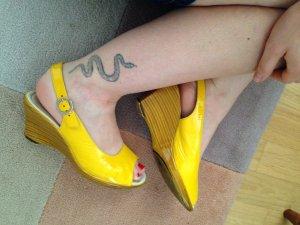 Tolle gelbe Lack-Vintage-Keilpeeptoed