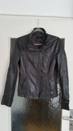 Tolle graue Jacke im Lederlook von Bershka. Tailliert geschnitten.