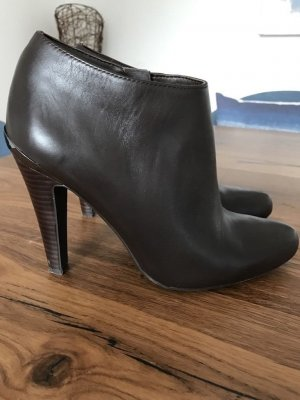 Tolle Guess ankle Boots