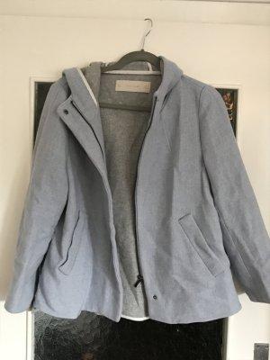 Tolle hellblaue Übergangsjacke von Zara mit Kapuze. Hinten etwas länger.