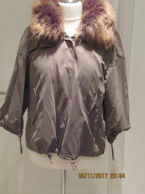 Tolle Jacke von Zara in L in olivgruen mit Faux Fur, versteckter Kapuze im Kragen, Faux Fur und Steppfutter herausknoepfbar