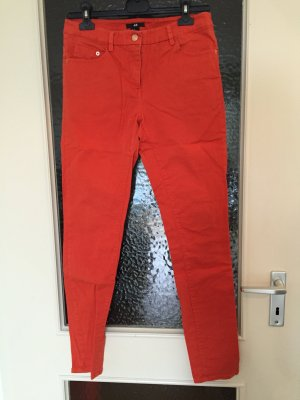 Tolle orangefarbene Jeans mit rossgoldenen Details