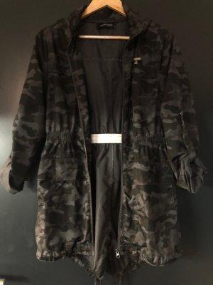 Tolle Regenjacke / Parka Camouflage grau/schwarz