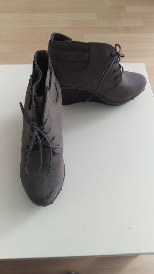 Tolle Schuhe mit Keilabsatz.