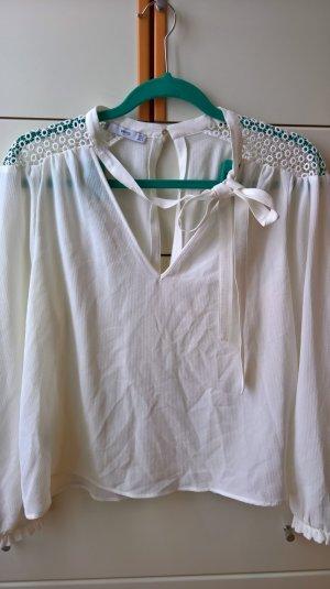 Tolle weiße Bluse mit Schulterapplikation