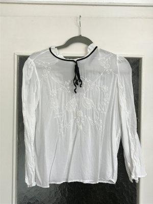 Tolle weiße Bluse von Zara mit schönem Kragen und schwarzem Schleifendetail aus Samt.