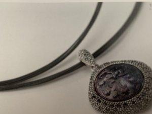 Toller Anhänger *Family Treasure* mit vielen Kristallsteinen in schwarz