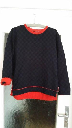 Toller strukturierter Zara Pullover in dunkelblau mit rot abgesetzten Details.
