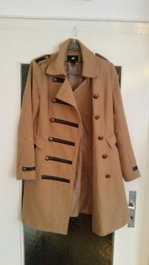 Toller, zweireihiger Mantel in beige von H&M mit goldenen Knöpfen.