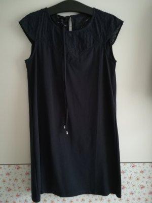 tolles Kleid mit Lochspitze und Gürtel
