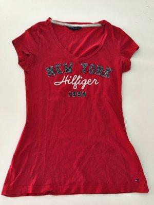 Tommy Hilfiger Shirt mit V-Ausschnitt in rot.