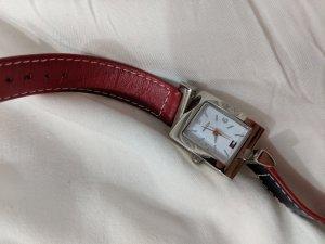 Tommy Hilfiger Uhr in zwei Farben (rot und dunkel blau)