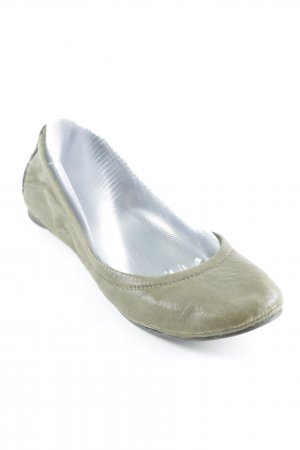Tory Burch Bailarinas plegables verde oliva look casual