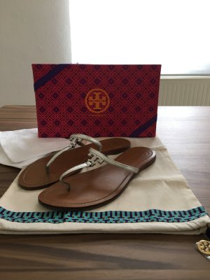 Tory Burch - T-Logo Zehensandale in Metallic-Optik (NP 170 EUR)