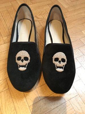 Totenkopf-Slipper aus schwarzem Samt
