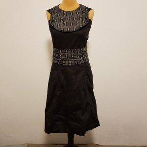 Trägerkleid mit ausgefallenem, anknöpfbarem Kragen