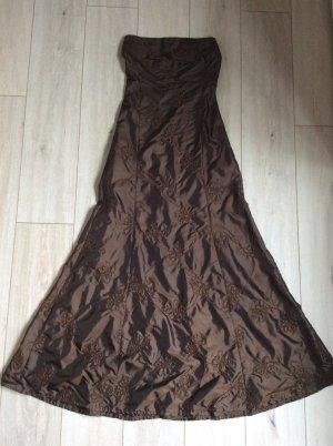 Trägerloses Abendkleid mit Blütenstickerei inkl. passender Stola.