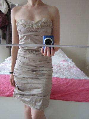 Trägerloses enges Kleid gerafft in goldigem Ton