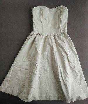 Trägerloses schlichtes und schickes knielanges Kleid