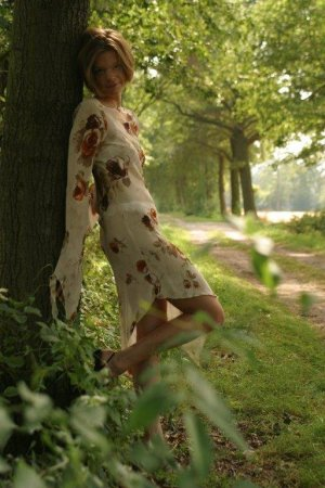 Transparenter Traum: Fransenkleid mit Blumenprint
