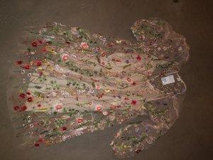 Traumhaftes Chiffonkleid mit Blumenstickerei.