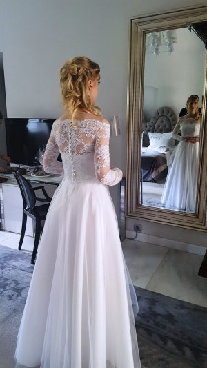 Traumhaftes Hochzeitskleid mit Spitze, Schleier und zwei Bolerojäckchen