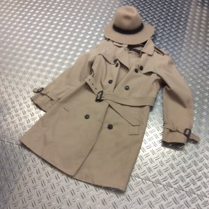 Trenchcoat mit coolem passenden Hut