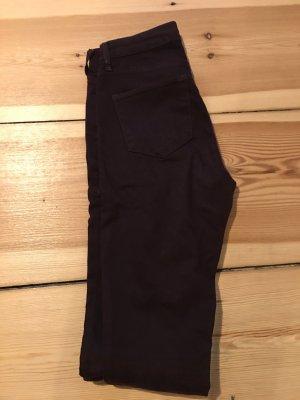 Trendfarbe für den Winter: Weinrot/Aubergine-farbende Skinny Jeans