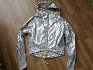 trendige Jacke für Sport und Freizeit im Metalliclook silber