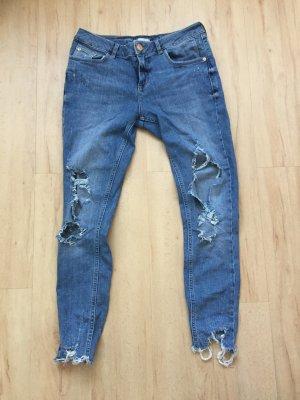 Trendige Jeans mit zerrissenen Details