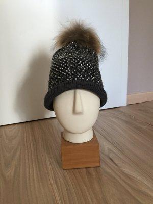 Trendige Mütze mit Strass und Echtfellpommel
