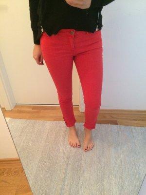 Trendige rote Röhrenjeans mit Zippern an den Knöcheln