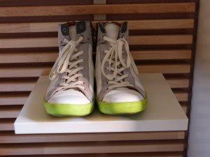 Trendige Sneaker mit Kontrastsohle