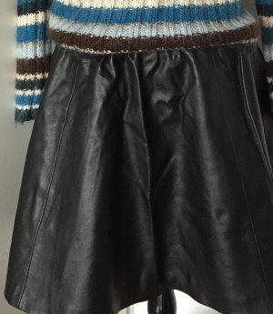 Trendiger schwarzer Kunstlederrock