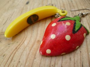 trendy Ohrhänger: je 1x Banane + Erdbeere (federleichtes Holz aus der Karibik) handbemalt
