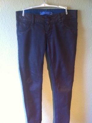 trendy schwarz-lila-glänzende Jeans (Metallic-Style)