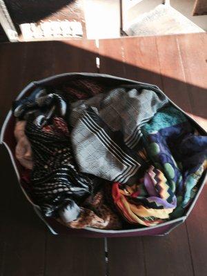 Tücher - eine ganze Kiste voll für modisch Experimentierfreudige