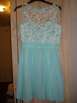 Türkieses Kleid mit weißer Spitze