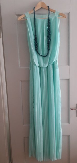 Türkis Kleid mit der Halskette