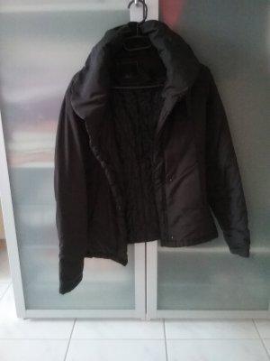 Übergangsjacke von orsay mit großem Kragen, schwarz