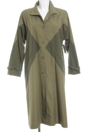 Abrigo de entretiempo caqui-verde oliva look casual