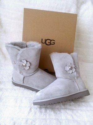 UGG *Bailey Button Poppy* Boots Stiefeletten Blume hellgrau - Größe 39 -