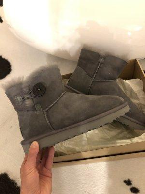 Ugg Boots grau mini Bailey Button 2 Stiefel Stiefeletten 38 neu Mode Blogger Fashion