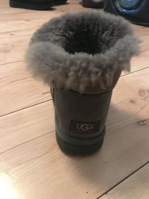 UGG boots mit Knopf in grau