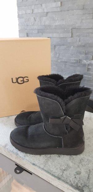 Ugg Boots mit Lederschleife