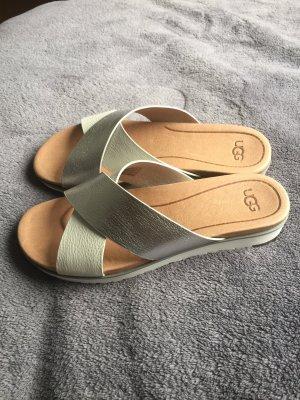 UGG Sandalo alto con plateau bianco-argento